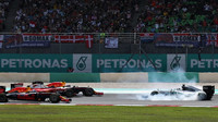 Nico Rosberg po srážce se Sebastianem Vettlem při startu v Malajsii