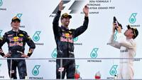 """FOTO: Double Red Bullu, závod plný zvratů a finální """"shoey"""" Ricciarda"""