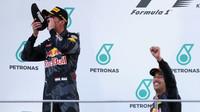 Max Verstappen a Daniel Ricciardo na pódiu po závodě v Malajsii