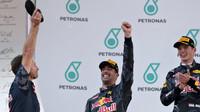 Christian Horner, Daniel Ricciardo a Max Verstappen na pódiu po závodě v Malajsii