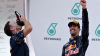 Christian Horner a Daniel Ricciardo na pódiu po závodě v Malajsii