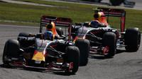 Daniel Ricciardo a Max Verstappen v závodě v Malajsii