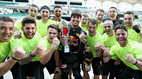 Daniel Ricciardo se raduje se svými mechaniky z vítězství po závodě v Malajsii