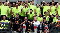 Oslavy týmu Red Bull z vítězství po závodě v Malajsii