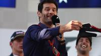 Mark Webber zahazuje obuv Daniela Ricciarda po závodě v Malajsii