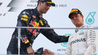 Daniel Ricciardo a Nico Rosberg na pódiu po závodě v Malajsii