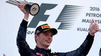 Max Verstappen se svou trofejí po závodě v Malajsii