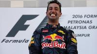 Daniel Ricciardo se raduje z vítězství po závodě v Malajsii