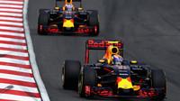 Max Verstappen a Daniel Ricciardov závodě v Malajsii