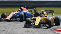 Jolyon Palmer a Pascal Wehrlein v závodě v Malajsii