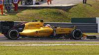 Kevin Magnussen s poškozeným předním křídlem jiskří v závodě v Malajsii