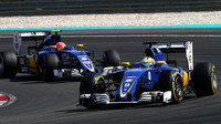 Marcus Ericsson a Felipe Nasr v závodě v Malajsii