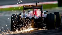 Carlos Sainz jiskří v závodě v Malajsii
