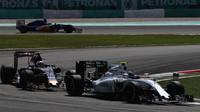 Valtteri Bottas a Carlos Sainz v závodě v Malajsii