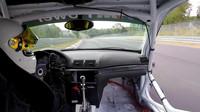 Už vám někdy během rychlé jízdy ulétli dveře? Tomuto řidiči ano - anotační obrázek