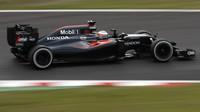 Fernando Alonso s McLarenem MP4-31 v japonské Suzuce