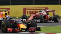 Kimi Räikkönen v Japonsku pronásleduje Daniela Ricciarda
