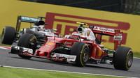 Kimi Räikkönen s Ferrari před Lewisem Hamiltonem loni v Suzuce