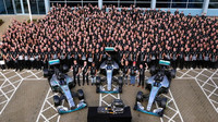 FOTO: Oslavy třetího titulu v továrně Mercedesu
