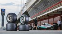 Širší pneumatiky Pirelli při testu s Mercedesem v Barceloně