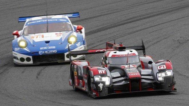 Audi R18 e-tron quattro posádky Oliver Jarvis, Lois Duval, Lucas Di Grassi odstartuje do závodu z poleposition