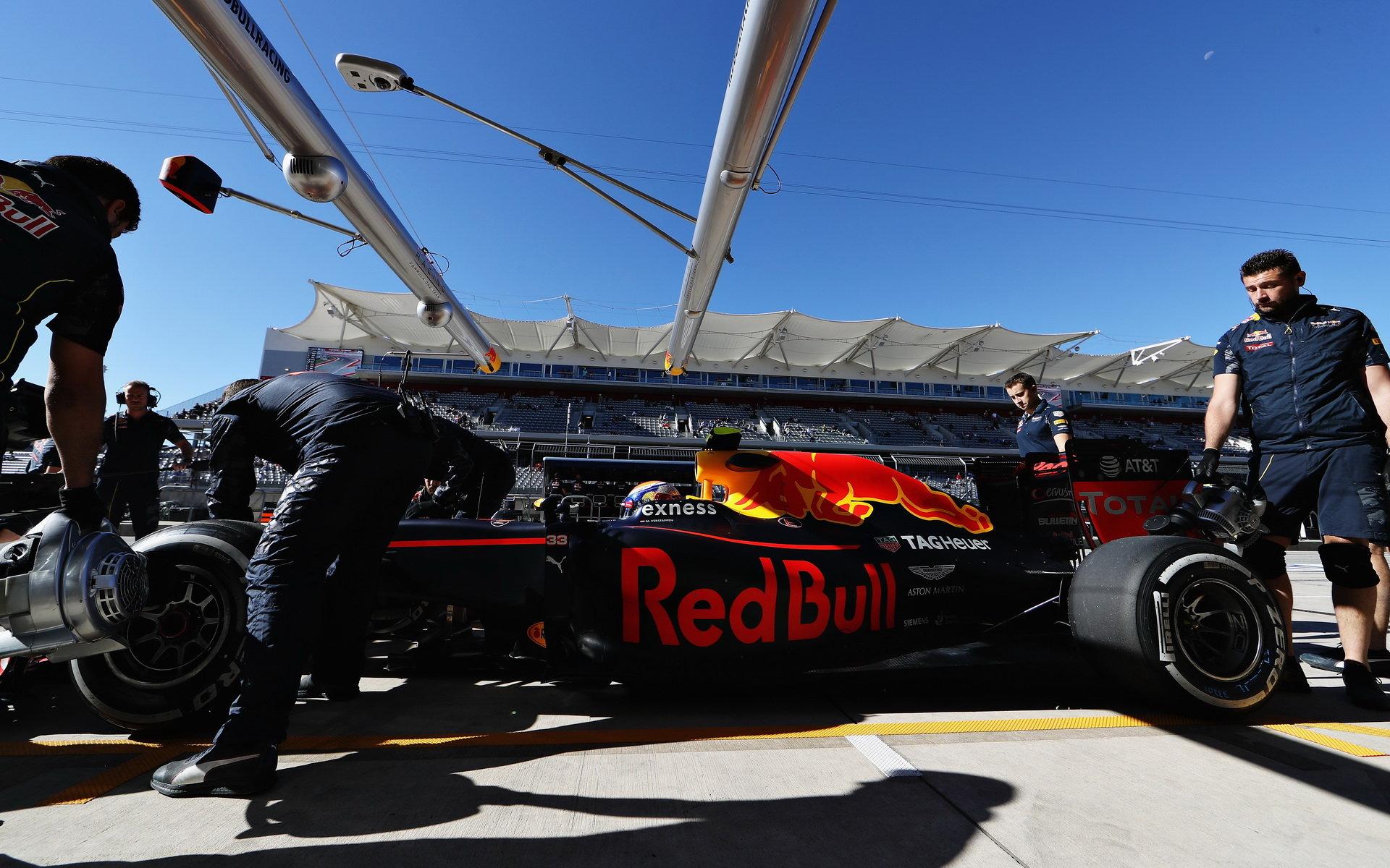 ZASTÁVKY A STRATEGIE: Red Bull nejrychlejší, o setinu poráží Mercedes - anotační obrázek