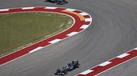 Lewis Hamilton a Nico Rosberg při pátečním tréninku v Austinu