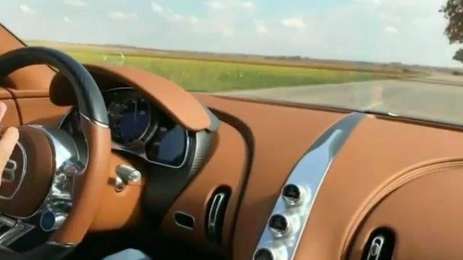 Bugatti Chiron a jeho majitel za volantem