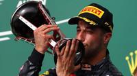 Daniel Ricciardo se svou trofejí na pódiu po závodě v Austinu