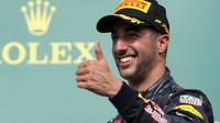 Daniel Ricciardo se raduje na pódiu po závodě v Austinu