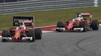 Kimi Räikkönen a Sebastian Vettel v závodě v Austinu