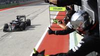Fernando Alonso se raduje z 5. místa v cíli závodu v Austinu