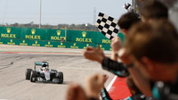 Lewis Hamilton v cíli závodu v Austinu