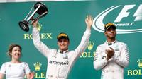 Nico Rosberg se svou trofejí na pódiu po závodě v Austinu