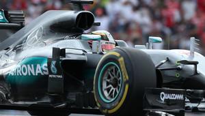 V první tréninku nejrychlejší Hamilton, Ferrari v závěsu. Red Bull hasil Verstappenův vůz - anotační obrázek