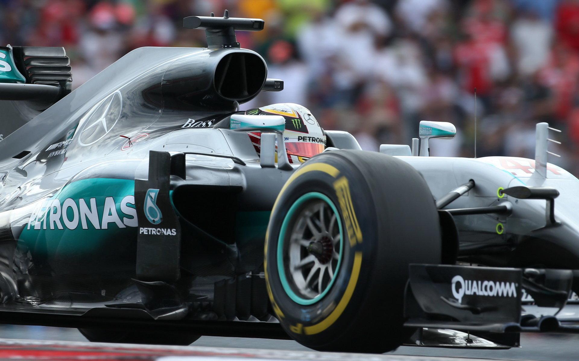 V první tréninku nejrychlejší Hamilton, Ferrari v závěsu. Red Bull hasil Verstappenův vůz - anotační foto