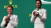 Nico Rosberg a Lewis Hamilton na pódiu po závodě v Austinu