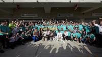 Hromadná fotografie radujícího se týmu Mercedes závodě v Austinu