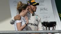 Lewis Hamilton na pódiu s Victorií Vowlesovou