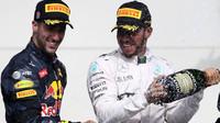 Daniel Ricciardo a Lewis Hamiton na pódiu po závodě v Austinu