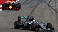 Lewis Hamilton a Daniel Ricciardo v závodě v Austinu