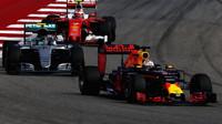 Daniel Ricciardo a Nico Rosberg v závodě v Austinu