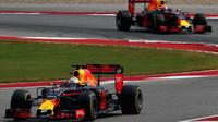 Daniel Ricciardo a Max Verstappen v závodě v Austinu