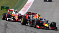 Max Verstappen a Sebastian Vettel v závodě v Austinu