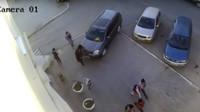 A ještě přidal plyn. Řidič Nissanu X-Trail přimáčkl ženu ke zdi se šťastným koncem