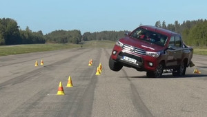 Nová Toyota Hilux má zásadní problém se stabilitou. Tohle byste měli vidět - anotační obrázek