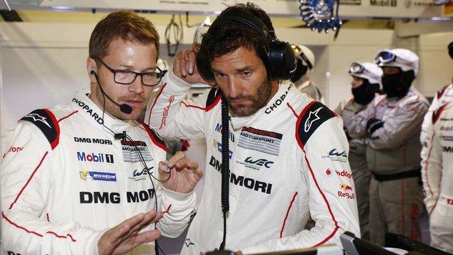 Týmový šéf Andreas Seidl a zkušený matador Mark Webber diskutují v garáži Porsche