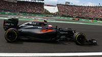 Jenson Button s McLarenem poháněným Hondou během Velké ceny Mexika 2016