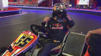 Carlos Sainz předvádí své umění na motokáře