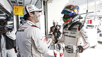 Mark Webber A Brendon Hartley si gratulují k zisku pole position v Šanghaji